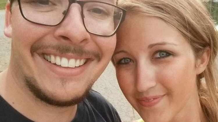 Derrick y Jessica Storer, antes de ser detenidos por alcoholizar a un menor y tener sexo con él (Facebook)