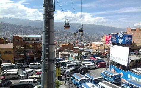 La Línea Amarilla de Mi Teleférico ofrece su servicio mientras los transportistas bloquean en su paro de este miércoles 17 de mayo de 2017. Foto:: Miguel Carrasco