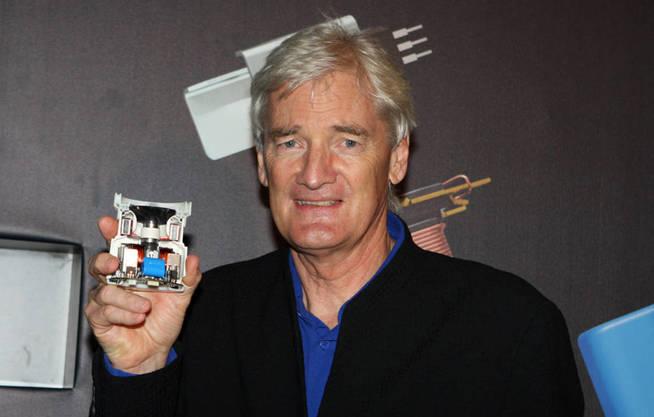 James Dyson con uno de sus últimos inventos: un grifo que seca también las manos en 12 segundos. (Creative Commons)