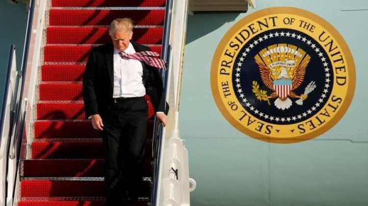 Donald Trump en el Air Force One (Reuters)