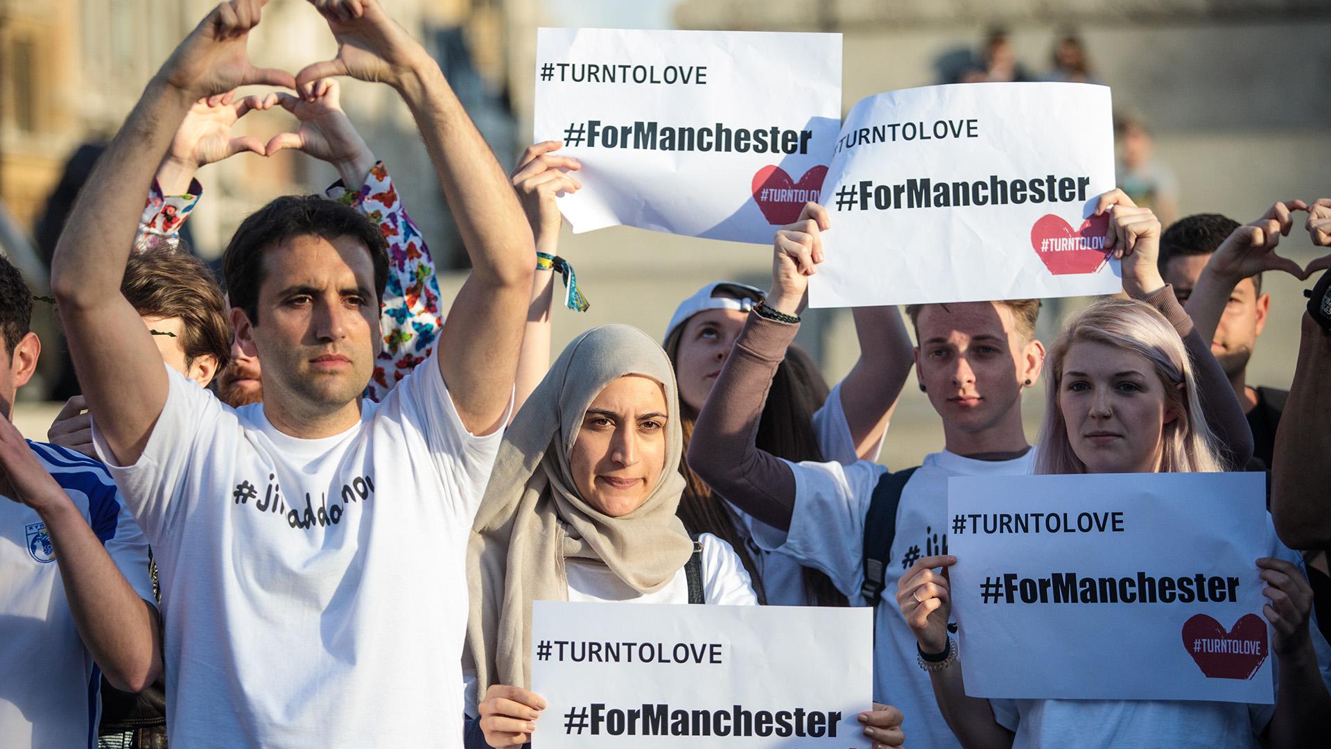 """""""Estamos unidos"""" y """"Conviértanse al amor por Manchester"""": algunos de los mensajes durante la emotiva vigilia(Getty Images)"""