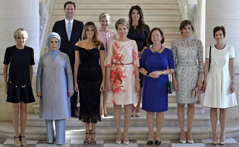 Gauthier Destenay, en la segunda fila, rodeado de las primeras damas en la cumbre de la OTAN en Bruselas.