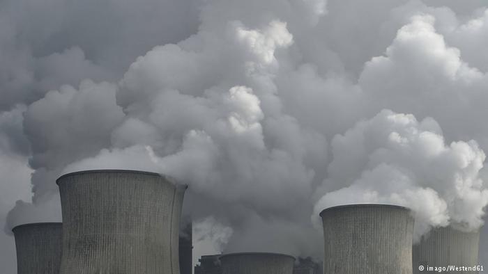Symbolbild Kohlendioxid Kühltürme Rauch (imago/Westend61)