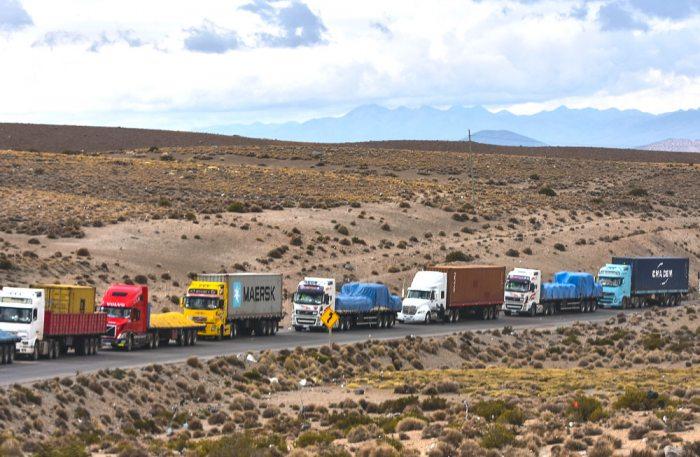 Los transportistas bolivianos que se encuentran detenidos en Tambo Quemado, frontera Bolivia – Chile desde el 24 de mayo por el paro de la Aduana Nacional de Chile, denunciaron que son objeto de atropellos por parte de los carabineros chilenos.