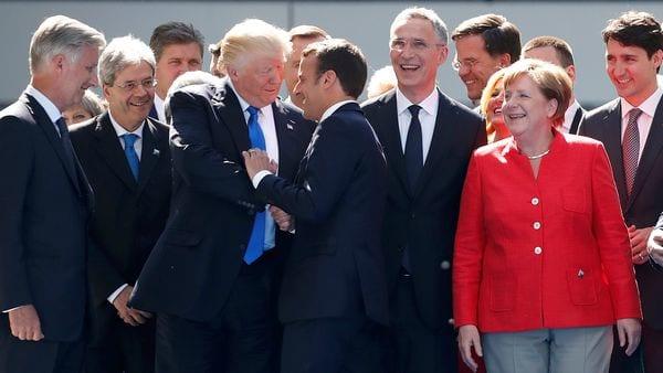 Trump y Macron se saludan durante la cumbre de la OTÁN en bruselas. (Reuters)