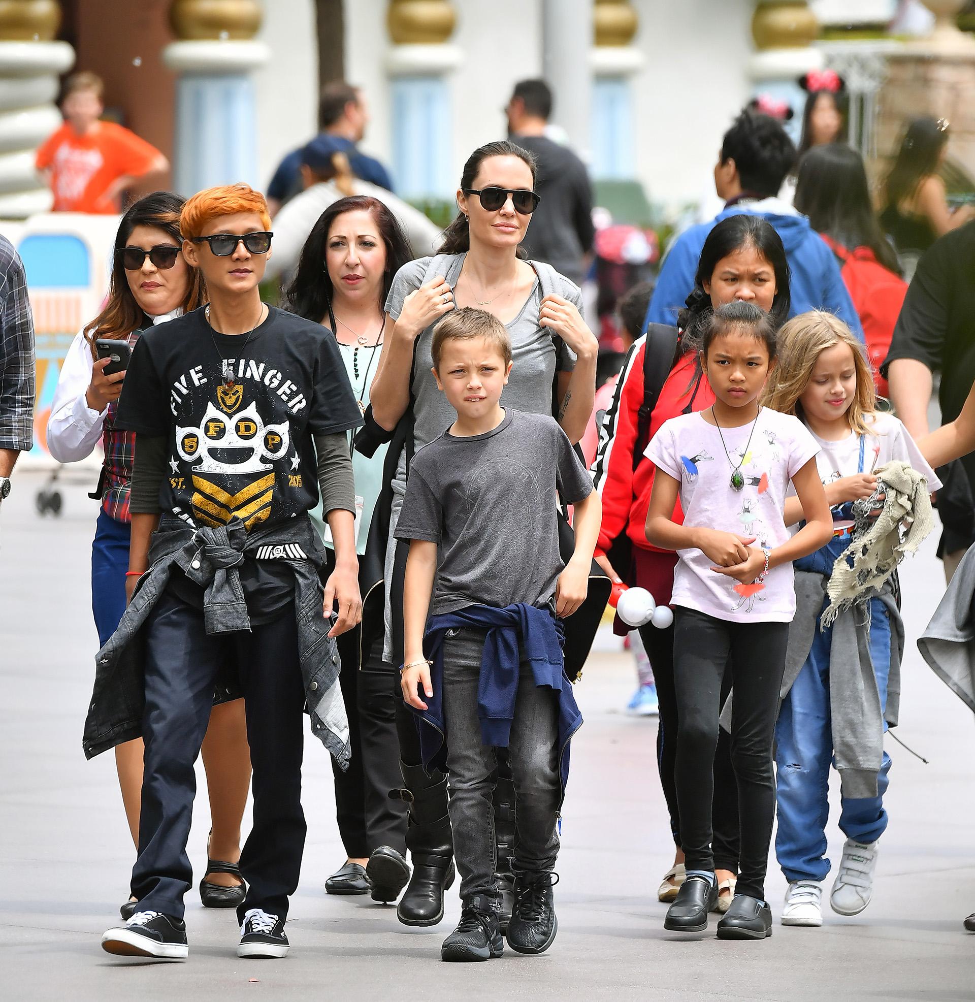 Angelina Joliefue retratada muy feliz durante una salida familiar.
