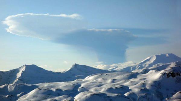 El volcán Bogoslof emitió una densa nube de cenizas. Así se veía desde la vecina isla de Unalaska