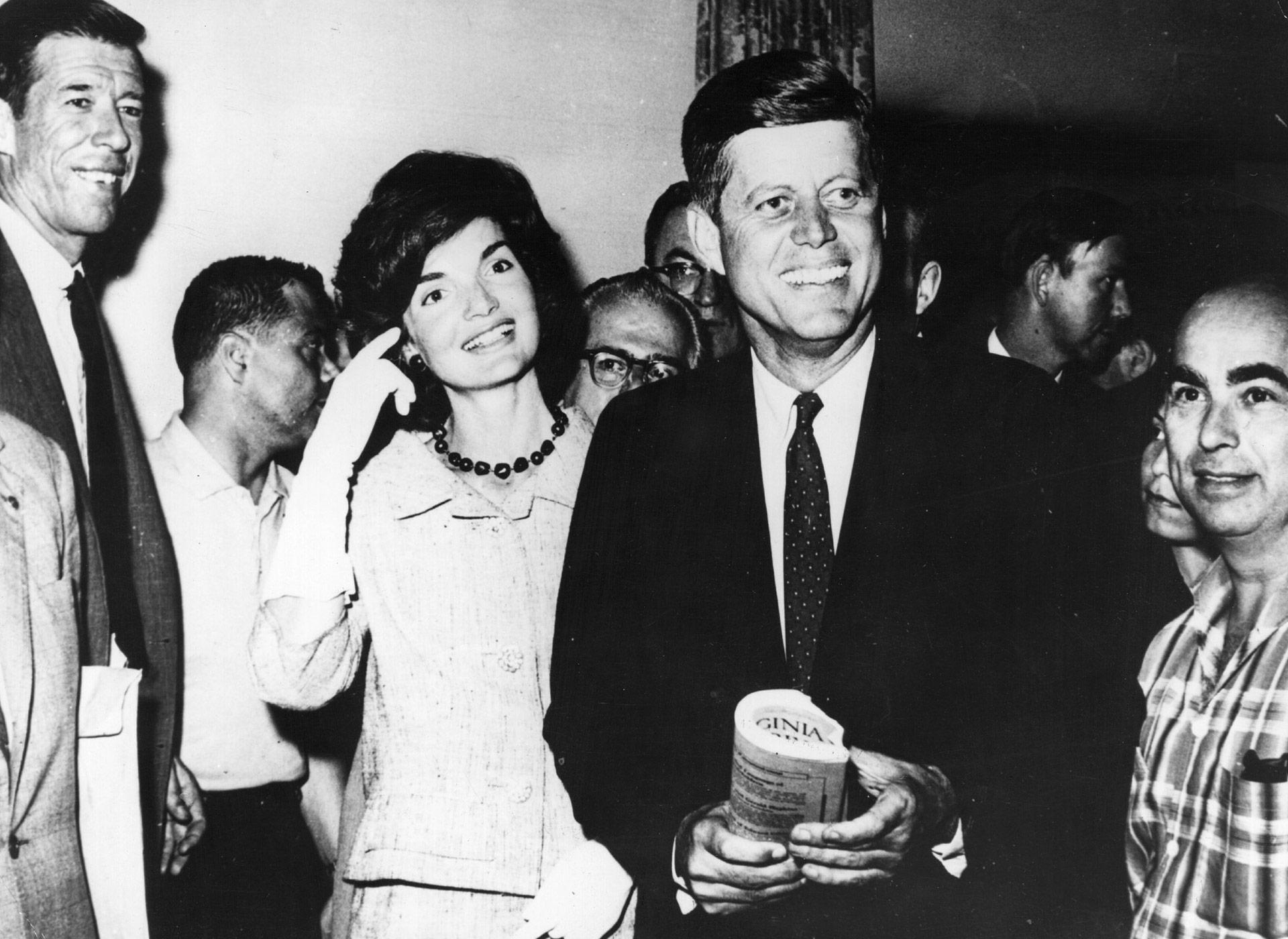 El entonces senador por Massachusettsjunto a su esposa se dirigen a la convención del Partido Demócrata en Los Angeles donde será nominado candidato a la presidencia(Keystone/Getty Images)