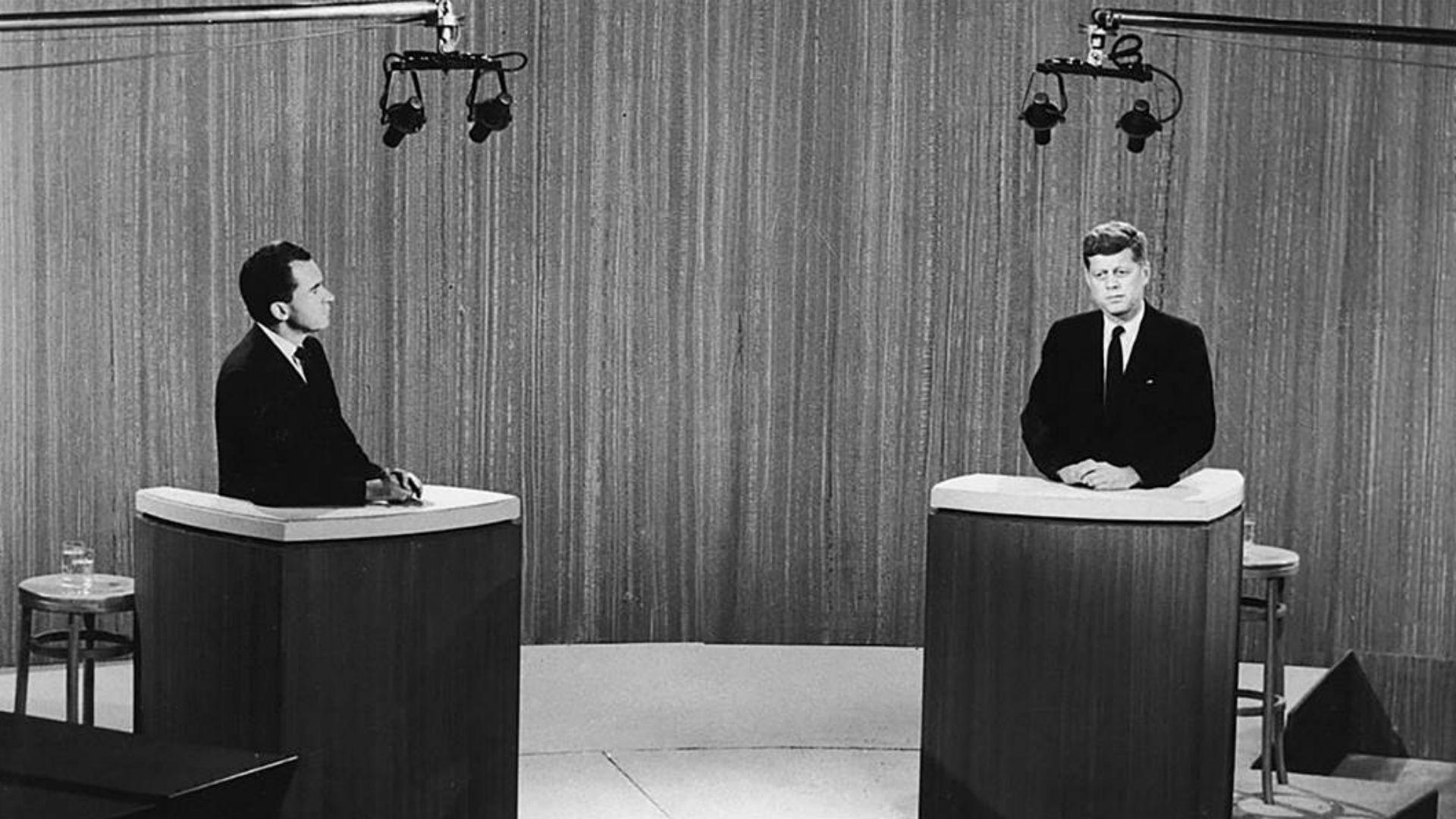 Kennedy y Nixon en el primer debate presidencial de la historia, en 1960 (AP)