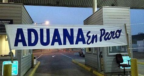 Un letrero anuncia el paro de aduaneros de Chile en un punto de control fronterizo.