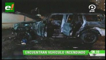 Bomberos sofocan incendio en un vehículo