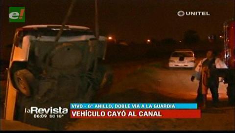 Vehículo cae a un canal de drenaje en el sexto anillo y doble vía a La Guardia