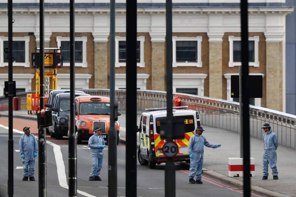 Las fuerzas de seguridad recogen pruebas en lugar del ataque.