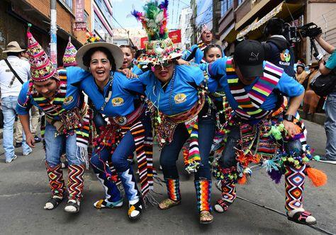Bailarines de la fraternidad de tinkus Arco Iris Boliviano