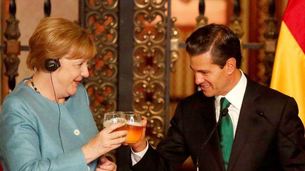 La canciller alemana Angela Merkelbrindando con el presidente mexicano Enrique Pena Nieto antes de una cena en el Palacio Nacional de Ciudad de México (Reuters)