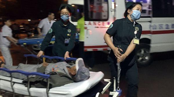 Médicos trasladan a uno de los heridos en el atentado del jardín de infantes en el este de China (Li Xiang/Xinhua via AP)