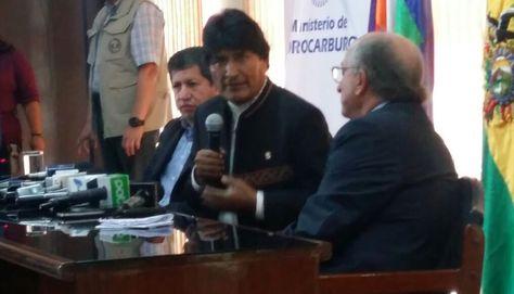 El ministro de Hidrocarburos, Luis Alberto Sánchez, el presidente Evo Morales y el presidente de Repsol Antonio Brufau. Foto: Min.Comunciación