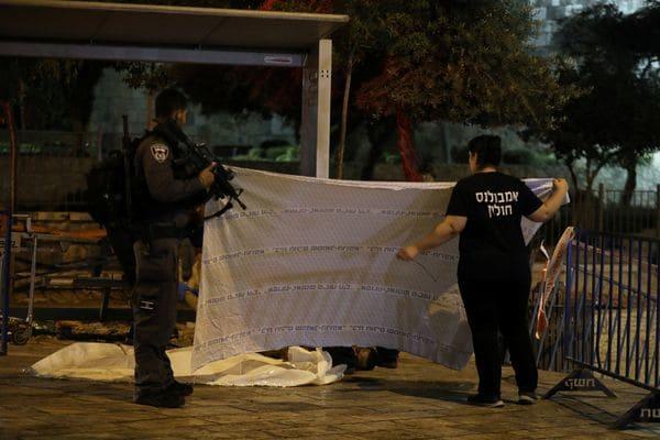 La policía cubre los cuerpos de los tres palestinos abatidos. (REUTERS)