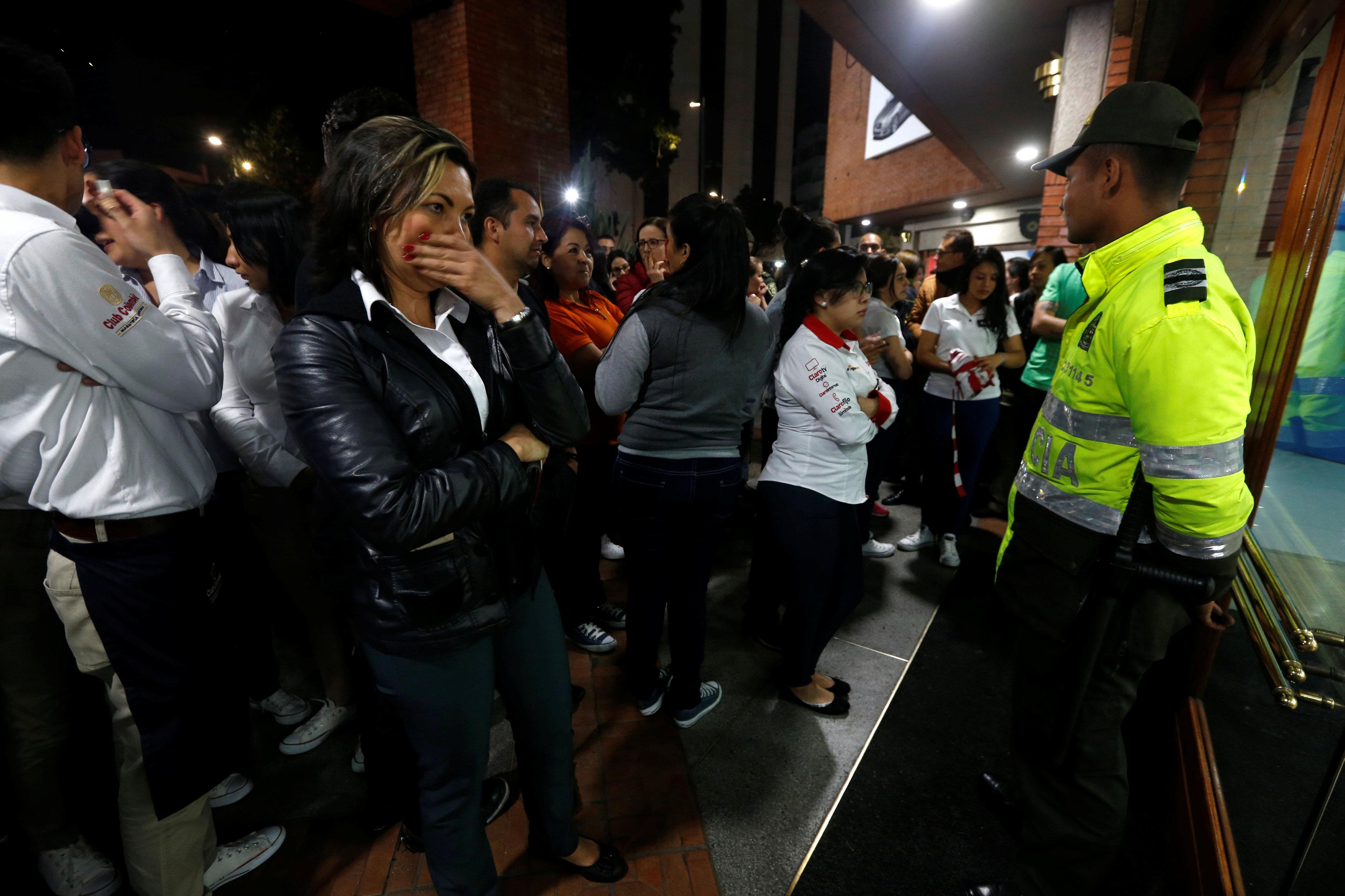 Personas afuera del centro comercial. (REUTERS/Jaime Saldarriaga)