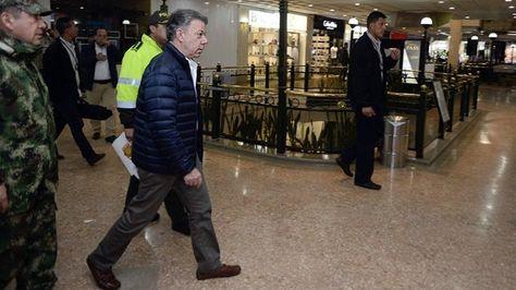 El presidente Juan Manuel Santos, mientras visita el Centro Comercial Andino después de un atentado ocurrido el sábado 17 de Junio de 2017, en Bogotá (Foto: EFE)).