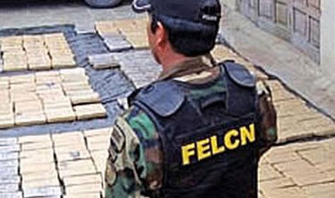Un efectivo de la Felcn durante la presentación de incautación de droga