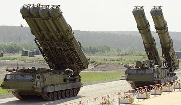 El sistema de misiles S-300 comenzó a producirse en los años 70s y es un producto de exportación de la industria de armas rusa. Es comparable al sistema Patriot estadounidense