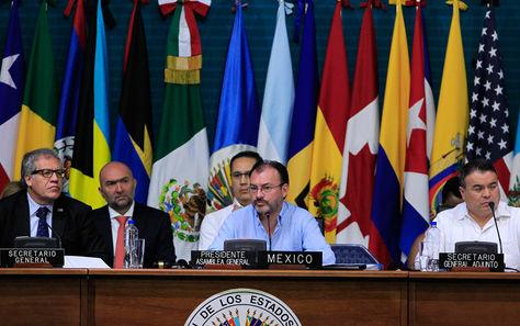 Luis Almagro (izq.), Luis Videgaray (centro) y Nestor Méndez; en la primera plenaria de Ministros de Relaciones Exteriores, de la 47 Asamblea General de la OEA. Foto: EFE
