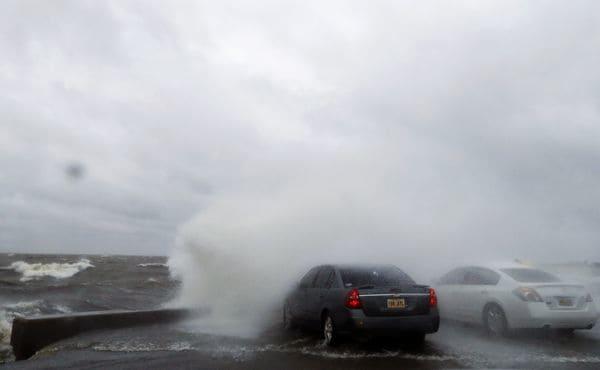 Residentes se acercaron a la orilla del lago Pontchartrain para observar el temporal, en Nueva Orleans (AP Photo/Gerald Herbert)