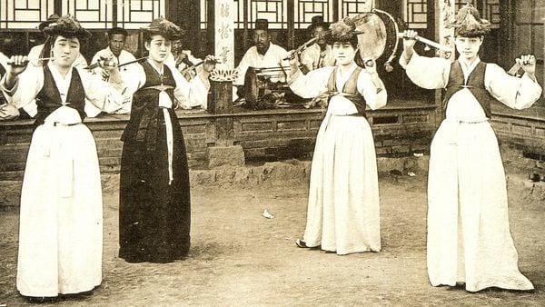 Un grupo de kiaseng surcoreanas entretienen a un público masculino a comienzos del siglo XX