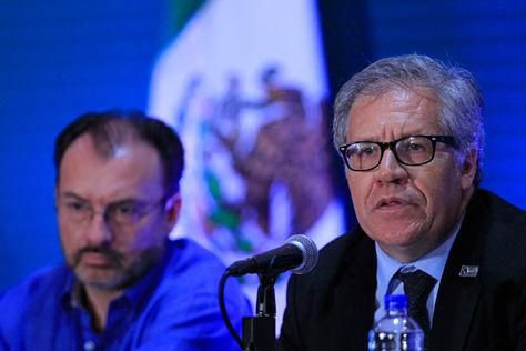 El secretario de Relaciones Exteriores de México, Luis Videgaray (izq.), y el secretario general de la OEA, Luis Almagro al finalizar la tercera plenaria de Ministros de Relaciones Exteriores de la 47 Asamblea. Foto: EFE