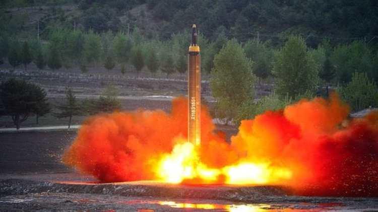 Corea del Norte prueba el lanzamiento de un misil.