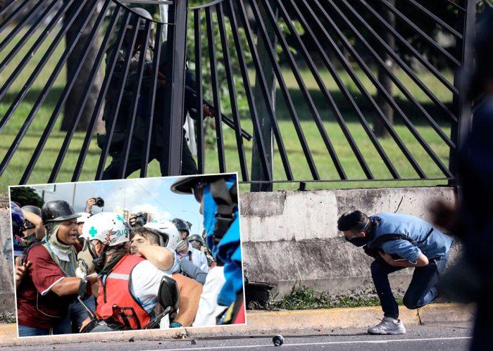Un grupo de manifestantes auxilia al joven David José Vallenilla (c), de 22 años de edad, luego de recibir un disparo de un miembro de la Guardia Nacional Bolivariana (GNB), en las inmediaciones de la base aérea militar La Carlota, en Caracas (Venezuela).
