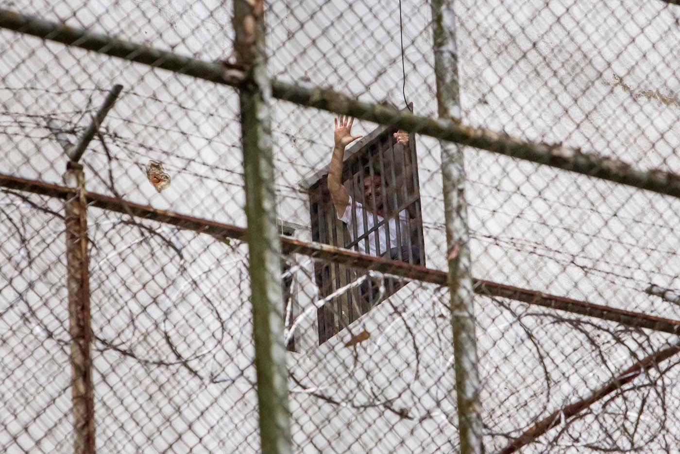 """CAR701. LOS TEQUES (VENEZUELA), 17/02/2017.- Fotografía de archivo del 15 de noviembre de 2014 del opositor venezolano Leopoldo López en la ventana de su celda en la cárcel Ramo Verde en la ciudad de Los Teques (Venezuela). López aseguró desde la cárcel en una entrevista exclusiva con Efe que el considerado número dos del chavismo, Diosdado Cabello, reconoció poco antes de su detención ante su esposa, Lilian Tintori, y sus padres que él era """"inocente"""" y que su situación obedecía a una """"medida política"""". EFE/MIGUEL GUTIERREZ"""