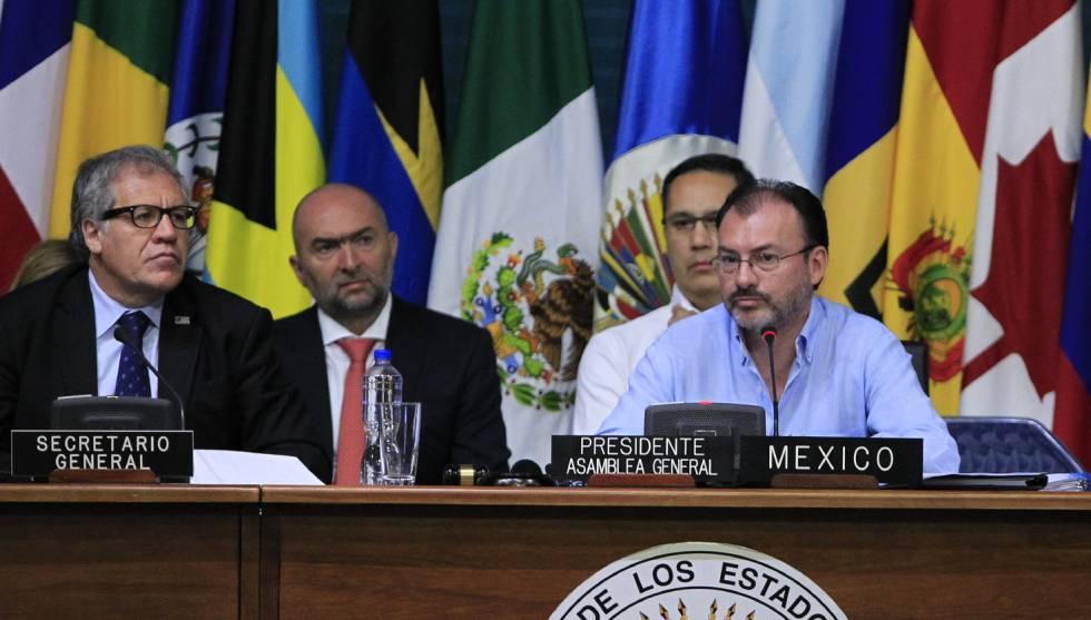 Luis Almagro, secretario general de la OEA y Luis Videgaray, canciller de México, durante la Asamblea General de Cancún.