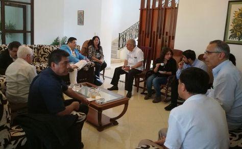 El canciller Huanacuni, a la izquierda y abajo, en la reunión con autoridades de Cuba.