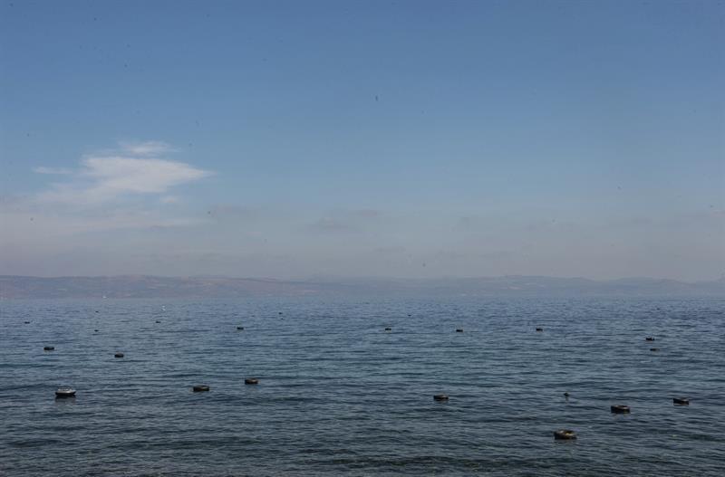 Vista del varios flotadores, abandonados por los inmigrantes, sobre las aguas próximas a una playa próxima a Skala Sikaminias, isla de Lesbos (Grecia) hoy, 5 de octubre de 2015. La agencia de control de las fronteras de la UE (Frontex) requiere 775 guardias para ser desplegados fundamentalmente en las fronteras exteriores de Italia y Grecia, donde se registra una mayor llegada de inmigrantes. EFE