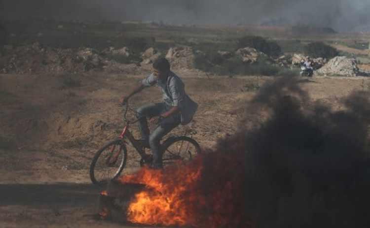 Un chico palestino entre la frontera entre laFranja de Gaza e Israel (Reuters)