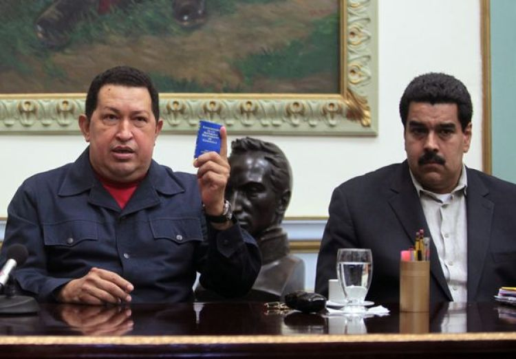 El ex presidente de Venezuela Hugo Chávez junto a Nicolás Maduro el 8 de ciciembre del 2012, con una copia de la Constitución Bolivariana (AP)