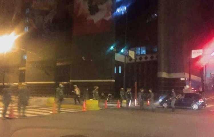 Maduro ordenó un fuerte despliegue militar alrededor del palacio presidencial tras los disparos del helicóptero en Caracas