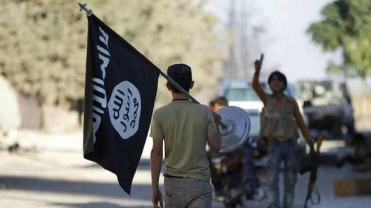 Un hombre lleva una bandera del Estado Islámico(Reuters)