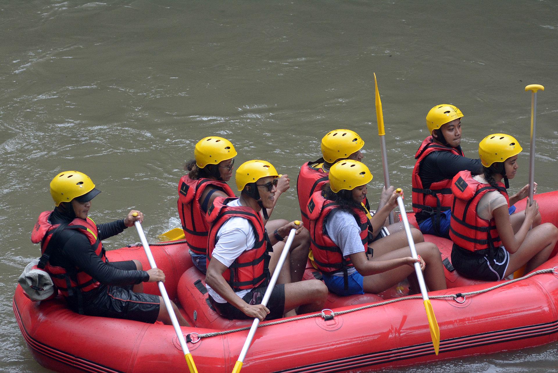 Barack, Michelle, Sasha y Malia hicieron rafting en la villa Bongkasa, en la isla de Bali (AFP)
