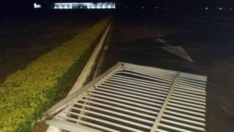 Así quedó el portón de la casa presidencial luego del intento de incursión.