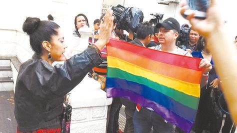 Enfrentamiento. Una cristiana ora frente a los TLGB, en Santa Cruz.
