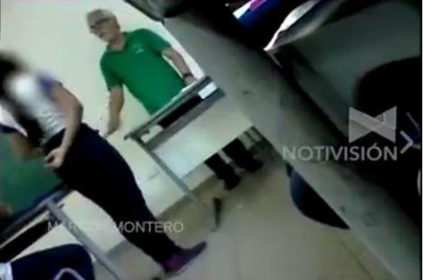 Uno de los estudiantes captó con su celular el momento en que se el profesor castigó a sus alumnos.