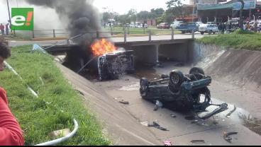 Aparatoso accidente: Dos vehículos caen a un canal de drenaje y uno de ellos se incendia