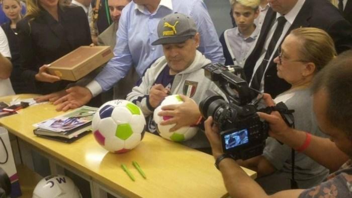 """Maradona llegó a Rusia: """"Vine para aumentar la credibilidad en el fútbol"""""""
