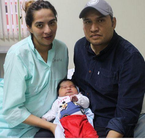 El bebé y sus padres. Foto: La Voz de Tarija