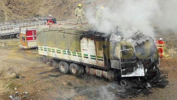 Contrabandistas incendian camión con mercadería tras ser sorprendidos por la Policía