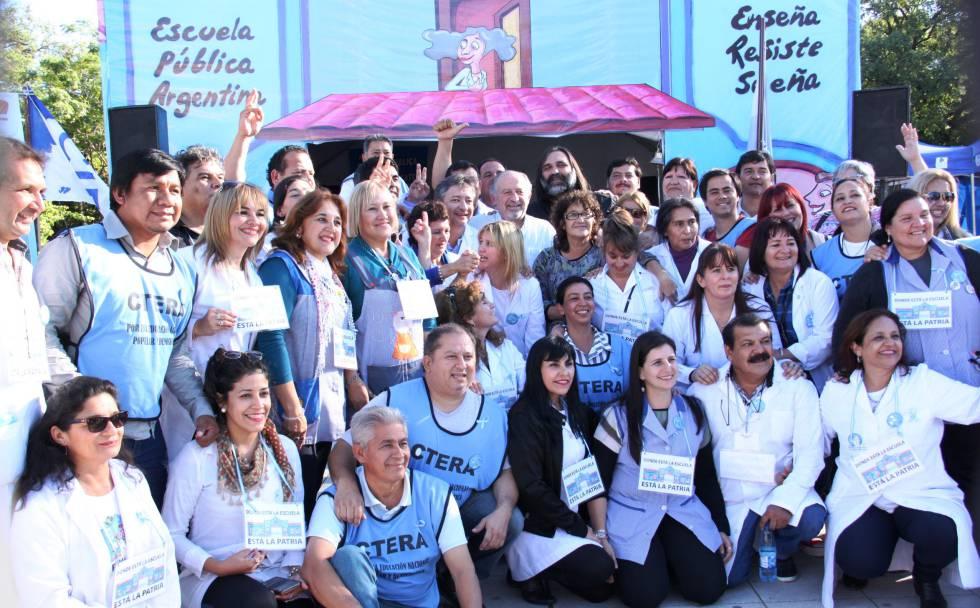 Maestros argentinos posan frente a la