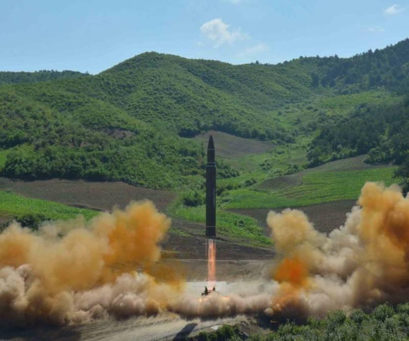 Despegue del misil balístico intercontinental Hwasong-14 en su despegue, en una imagen facilitada por dla Agencia Central de Noticias de Corea de Norte.